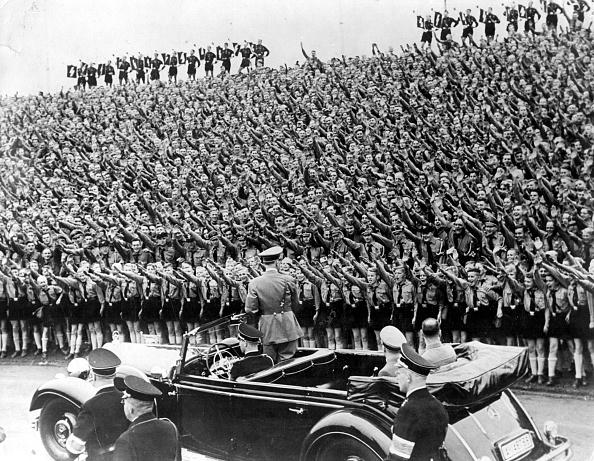 In A Row「Saluting Hitler」:写真・画像(16)[壁紙.com]