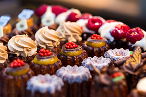Dessert「Close up of freshly baked cakes and cupcakes in a row at food market」:スマホ壁紙(5)