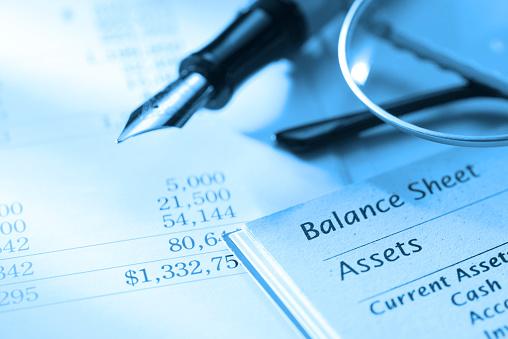 Financial Report「Close up of fountain pen on a balance sheet」:スマホ壁紙(7)