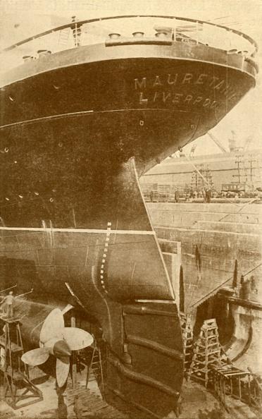 Passenger Craft「At Work On The Stern Of The 'Mauretania'」:写真・画像(5)[壁紙.com]