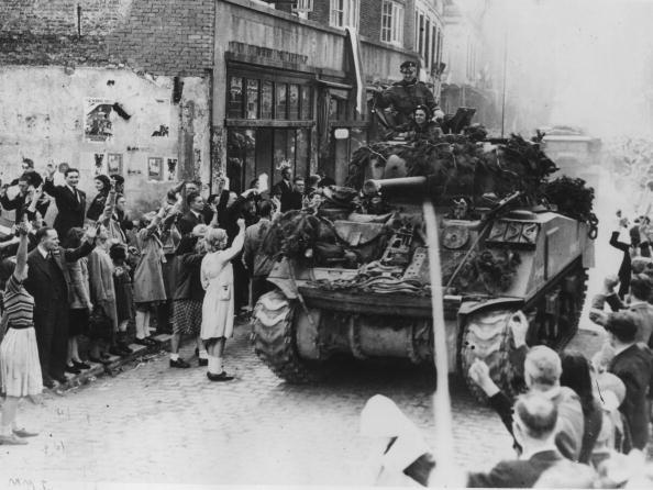 World War II「Welcoming Tanks」:写真・画像(8)[壁紙.com]