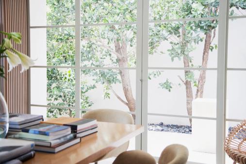 環境「パティオからの窓の眺め」:スマホ壁紙(15)