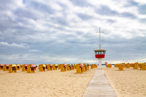 Footbridge「View to beach with hooded beach chairs and attendant's tower, Luebeck Travemuende, Germany」:スマホ壁紙(15)