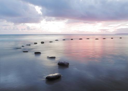 並んでいる「Stepping stones in water」:スマホ壁紙(12)
