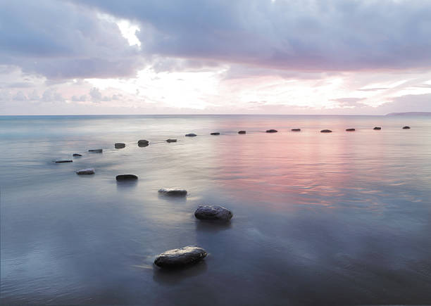 Stepping stones in water:スマホ壁紙(壁紙.com)
