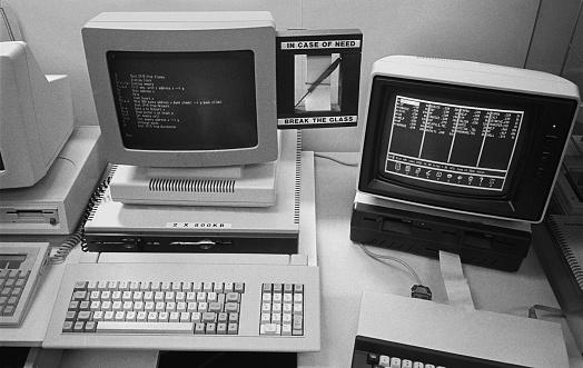 1980-1989「Old Computers On Desk」:スマホ壁紙(17)