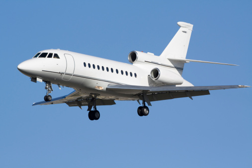 Approaching「Corporate aircraft flying in a clear blue sky」:スマホ壁紙(12)