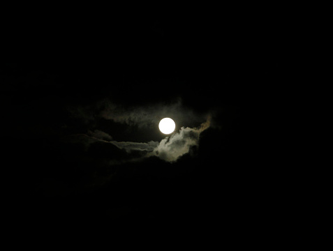 Moon「Full moon illuminating cloudy sky at night」:スマホ壁紙(9)