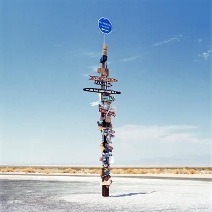 Surreal「Sign post in the desert」:スマホ壁紙(1)
