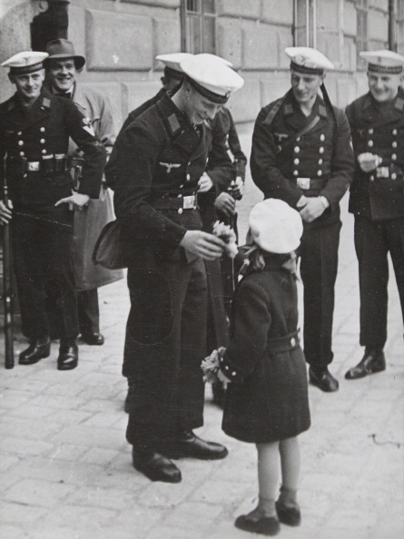 Bouquet「A Small Viennese Girl Is Presenting A Bouquet To A Sergeant During The Farewell Of The Guard Of Honor Of Marine Sergeant Teaching Department From Kiel. Vienna. 24Th April 1938. Photograph.」:写真・画像(19)[壁紙.com]