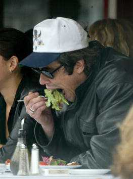 Salad「Benicio Del Toro At Le Petite Four Restaurant」:写真・画像(16)[壁紙.com]
