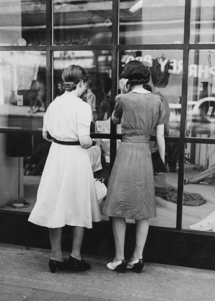 Two People「West End Window Shoppers」:写真・画像(13)[壁紙.com]