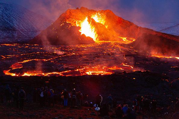 Volcano「Hikers Flock To See Fagradalsfjall Volcano」:写真・画像(5)[壁紙.com]