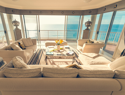 Queensland「Living room in a luxury beachfront apartment with view」:スマホ壁紙(1)