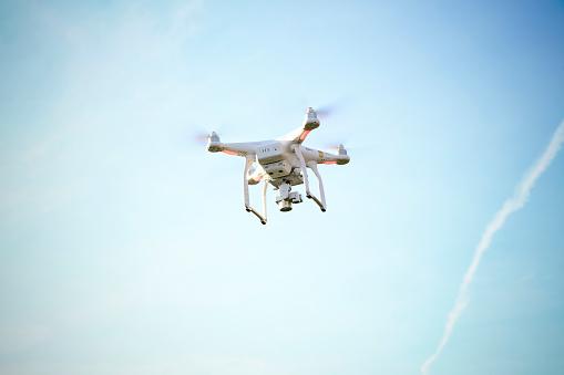 無人操縦機「Flying drone with camera」:スマホ壁紙(4)