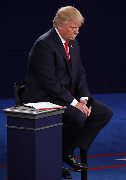 Sitting「Candidates Hillary Clinton And Donald Trump Hold Second Presidential Debate At Washington University」:写真・画像(0)[壁紙.com]