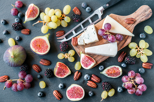 Pecan「Plate with cheese, figs, grapes, blueberries, brambles, pecan nuts, chopping board, knife」:スマホ壁紙(15)