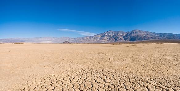 Drought「Dry lake bed in desert」:スマホ壁紙(14)