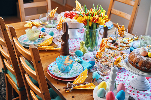 Biscuit「Decorated Table for Easter with Easter Eggs, Cookies, Cake and Flowers」:スマホ壁紙(6)