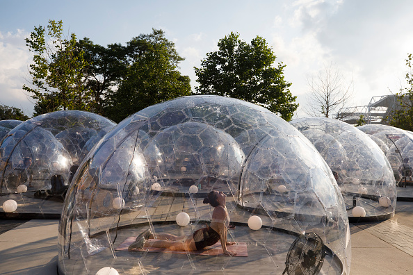 COVID-19「Yoga Class In Toronto Held Outdoors In Bubble Pods」:写真・画像(11)[壁紙.com]