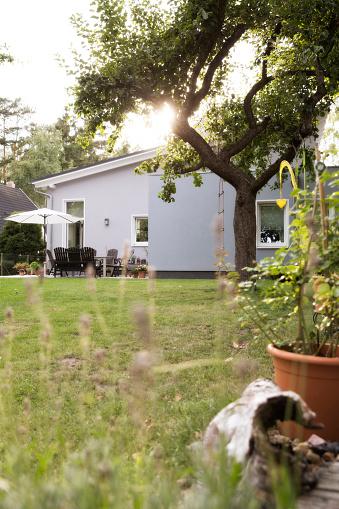 Bungalow「Germany, Eggersdorf, bungalow and garden」:スマホ壁紙(6)