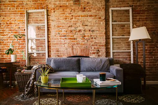 USA「Coffee table and sofa in modern living room」:スマホ壁紙(4)