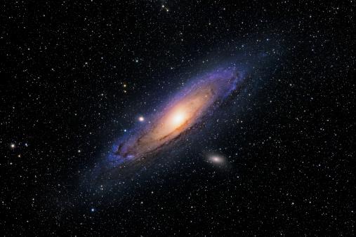 背景「The Andromeda Galaxy, also known as Messier 31, M31, or NGC 224, is notable for being one of the brightest Messier objects, making it easily visible to the naked eye even when viewed from areas with moderate light pollution.」:スマホ壁紙(3)