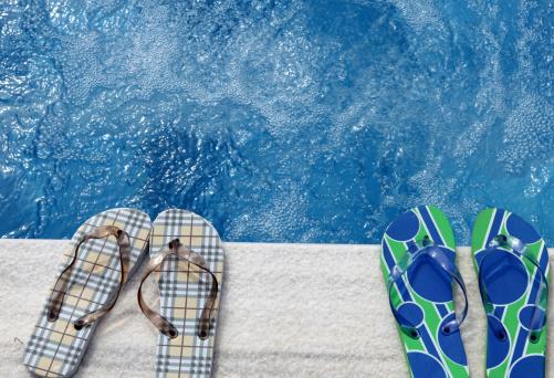 Flip-Flop「Two pairs of flip flops beside a swimming pool」:スマホ壁紙(12)