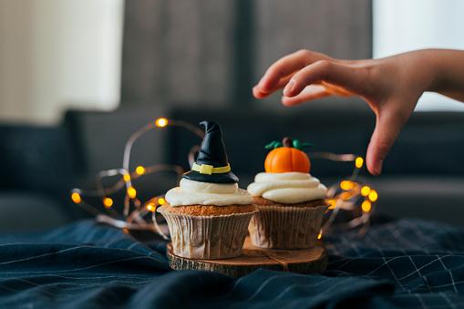 Jack-o'-lantern「Witch Hat and Pumpkin Cupcakes」:スマホ壁紙(8)