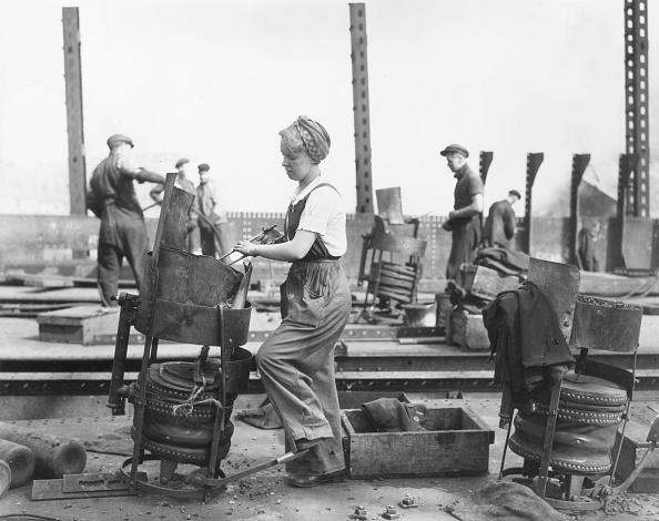 Working「Women In The Yard」:写真・画像(1)[壁紙.com]