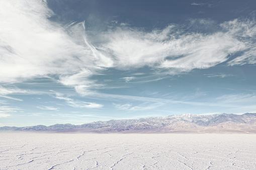 Cracked「Salt flat with distant mountains」:スマホ壁紙(8)