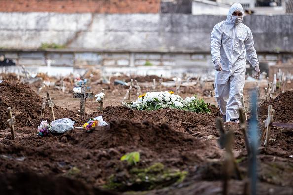 Brazil「A COVID - 19 Burial Amidst the Coronavirus Pandemic」:写真・画像(6)[壁紙.com]