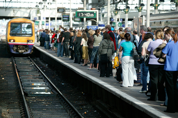 Station「Rush hour travellers throng the platform at Manchester Piccadilly station as a suburban train approaches. May 2005」:写真・画像(9)[壁紙.com]