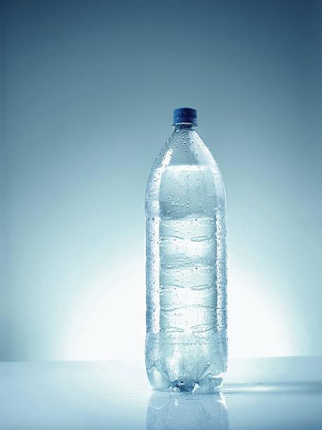 Plastic bottle of mineral water. Condensation:スマホ壁紙(壁紙.com)