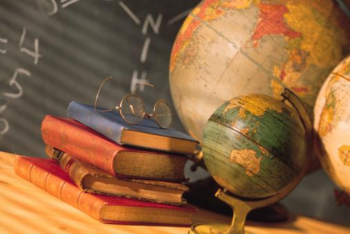 1990-1999「Books and globes on school desk」:スマホ壁紙(9)