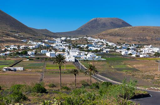 Volcano Islands「Spain, Canary Islands, Lanzarote, Village Maguez and Volcano Monte Corona」:スマホ壁紙(17)