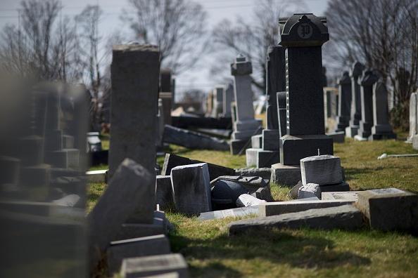Lying Down「Jewish Cemetery In Philadelphia Vandalized」:写真・画像(11)[壁紙.com]