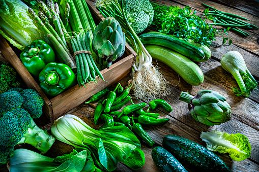 Fennel「Vegan food: healthy fresh green vegetables on rustic wooden table.」:スマホ壁紙(17)