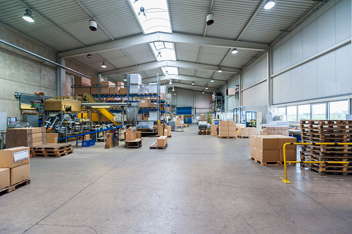 Industry「Empty industrial hall with stored packages, paletts and packaging machine」:スマホ壁紙(8)