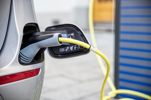 Garage「Electric car gettig charged at an charging station」:スマホ壁紙(3)
