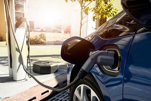 Mid-Atlantic - USA「Electric car recharging in charging station」:スマホ壁紙(19)