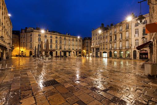 Nouvelle-Aquitaine「France, Nouvelle-Aquitaine, Bordeaux, Wet Parliament Square at night」:スマホ壁紙(18)