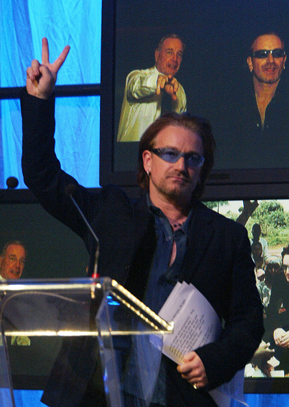 Effort「Singer Bono of the band U2 flashes the peace symbol after delivering a speech praising the efforts of Canada's future Prime Minister」:写真・画像(16)[壁紙.com]