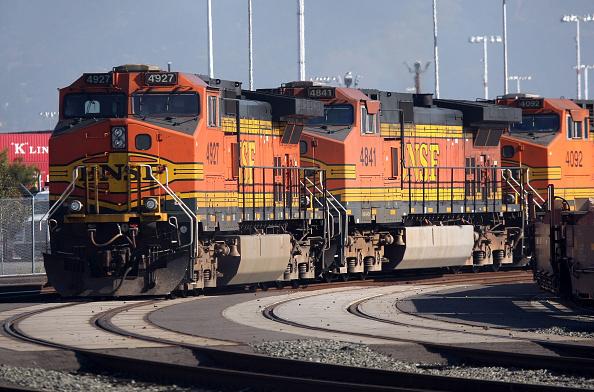 Railroad Track「Warren Buffett's Berkshire Hathaway To Buy Burlington Northern Sante Fe」:写真・画像(5)[壁紙.com]