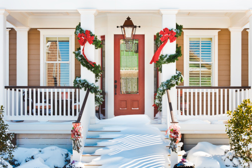 Floral Garland「inviting Christmas front doorway with snow on porch stairs」:スマホ壁紙(9)