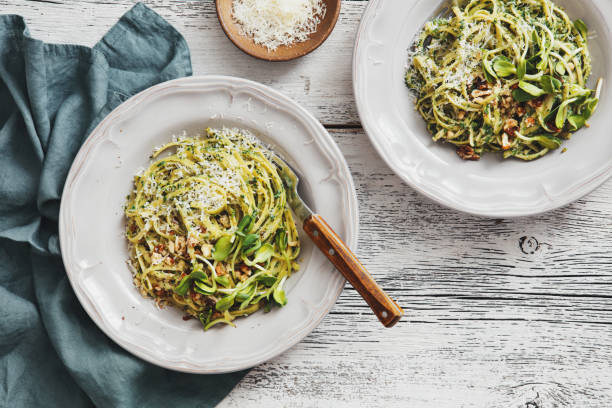 Spaghetti with vegetables, spinach and parmesan:スマホ壁紙(壁紙.com)