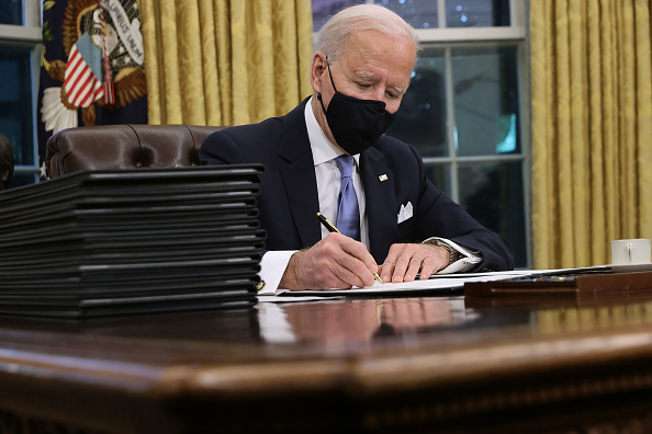 Sign「Joe Biden Marks His Inauguration With Full Day Of Events」:写真・画像(0)[壁紙.com]