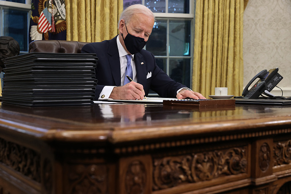 Sign「Joe Biden Marks His Inauguration With Full Day Of Events」:写真・画像(8)[壁紙.com]