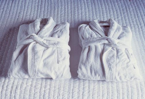 Side By Side「Two folded bathrobes」:スマホ壁紙(11)