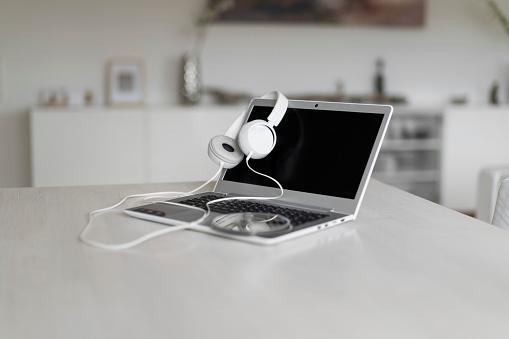 Workshop「Laptop, headphones and CD on tabletop」:スマホ壁紙(17)